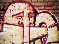 Monster Graffiti auf einer Ziegelmauer