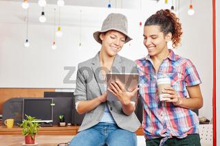 Frauen mit einem Tablet im Internet