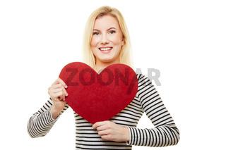 Frau hält rotes Herz zum Valentinstag oder Muttertag