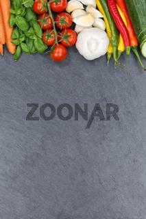 Gemüse Sammlung Tomaten Karotten Paprika kochen Zutaten Schieferplatte Hochformat Textfreiraum von oben