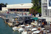 Anlegestellen am Canal Grande und der Bahnhof von Venedig