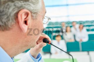 Redner beim Referat zur Mediziner Weiterbildung