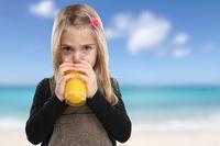 Kind trinken Orangensaft Orangen Saft Sommer Strand Meer gesunde Ernährung