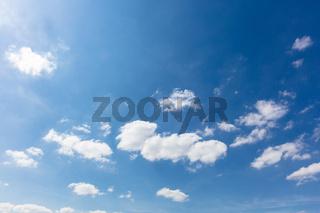Blauer Himmel mit weißen Wolken