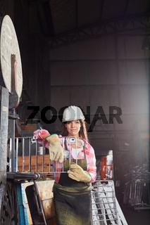 Junge Frau in der Lehre als Metallarbeiter