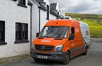 Lieferwagen der Zustellfirma TNT, Stein am Loch Bay, Insel Skye, Schottland, Grossbritannien