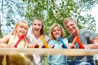 Kreative Familie freut sich auf Eigenheim