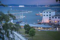 Fischereihafen und Mole in der blauen Stunde.