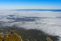 Touristen blicken vom Gipfel Pilatus auf die vom Wolkenmeer teilweise bedeckte Stadt Luzern,Schweiz