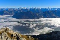 Blick vom Pilatusmassiv über das Nebelmeer auf die Bergketten der Alpen