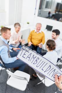 Business Team macht Teambuilding Übung