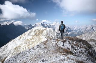 Bergsteiger steht am Gipfel