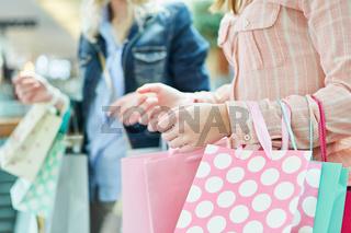 Frauen mit Einkaufstüten beim Shopping