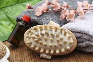 Massagebürste mit Flasche