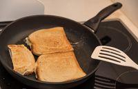 Toast wird in einer Pfanne zubereitet - Nahaufnahme Pfannentoast