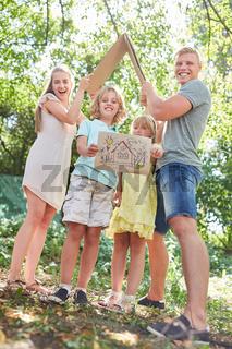 Familie freut sich auf ein eigenes Haus