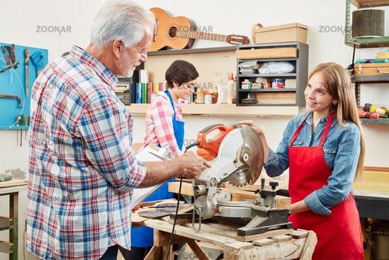 Alter Handwerker bei einer Prüfung