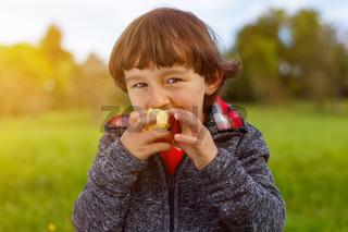 Kind Apfel Obst Früchte essen draußen Herbst gesunde Ernährung