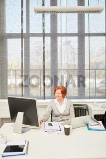Frau arbeitet an zwei Computern