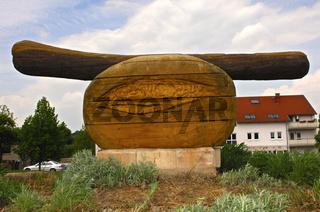Hölzerne Skulptur einer Thüringer Rostbratwurst im ersten Bratwurst-Kreisel der Welt
