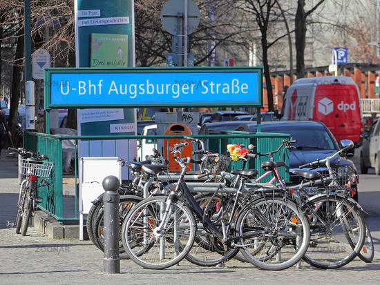 Fahrradstand am U-Bahnhof Augsburger Straße in Berlin