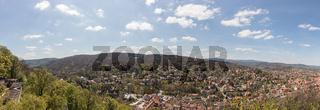 Stadt Wernigerode als Panorama mit Ausblick auf Brocken