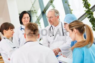Chefarzt der Chirurgie und sein junges Ärzteteam