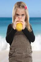 Kleines Mädchen Kind trinken Orangensaft Orangen Saft Sommer Hochformat gesunde Ernährung