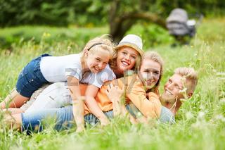 Familie und Kinder kuscheln und haben Spaß
