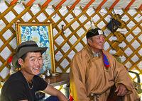 Bei mongolischen Hirten, Vater und Sohn in einer Jurte, Region Erdenet, Mongolei