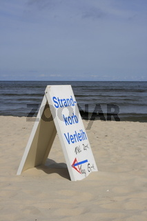 Schild 'Strandkorbverleih' am Ostseestrand Usedom