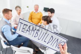 Meeting mit Schild Teambuilding