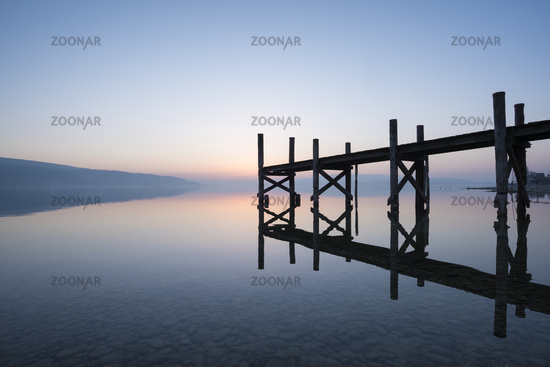 Holzsteg spiegelt sich im Bodensee