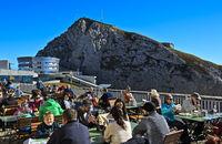 Besucher auf der Sonnenterrasse am Hotel Pilatus Bellevue, Gipfel Pilatus, Alpnachstad, Schweiz