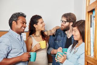 Studenten reden in der Kaffeepause