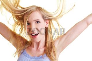 Blonde Frau mit wehenden Haaren