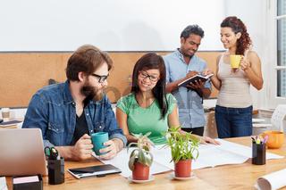 Studenten im Business Meeting