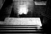 Regenpfützen am Treppenaufgang