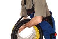 Elektriker mit Kabel und Rohren