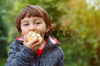 Kind Apfel Obst Früchte essen draußen Herbst Natur gesunde Ernährung