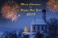 Weihnachtskapelle mit Feuerwerk in Dämmerung zur blauen Stunde an Silvester 2018