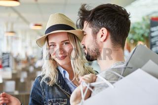 Junges Paar zusammen beim Shopping