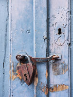 Vorhängeschloss an blauer Tür