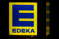 Leuchtreklame an der Fassade eines Edeka-Supermarktes
