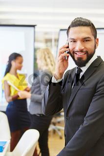 Manager telefoniert mit dem Smartphone