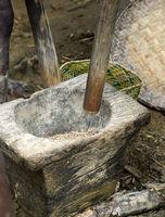Stein-Mörser und hölzerne Mörser-Keule zum Stampfen von Reis