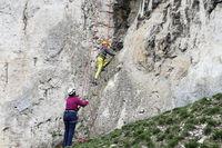 zwei Kletterer an Felsenwand