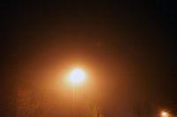 Laterne in der Nacht und im Nebel