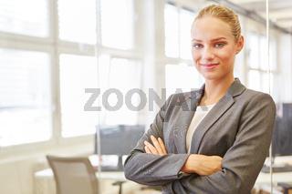 Junge Frau als selbstbewusste Geschäftsfrau