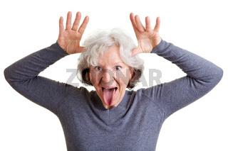 Seniorin macht Grimassen